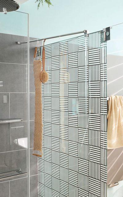 Das geometrische Dekor Carpet 1, das großflächig an der Seitenwand angebracht ist, wirkt sehr markant und verleiht der Duschkabine eine gewisse Leichtigkeit.