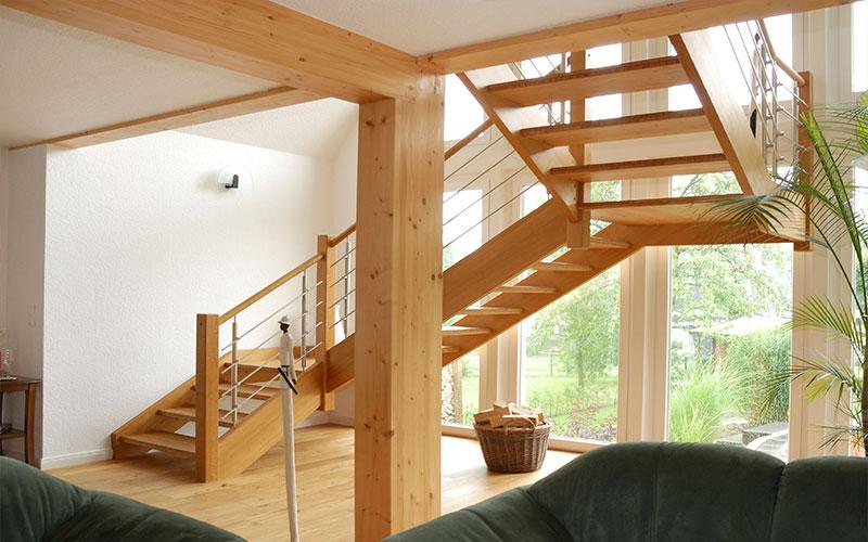 Naturholz eignet sich für viele Treppen-Bauformen und unterstützt gleichzeitig eine behagliche, gesunde Raumatmosphäre.