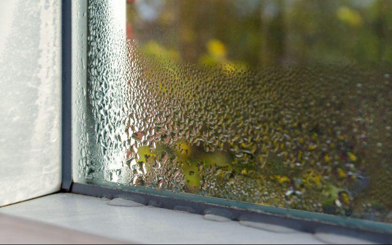 Wer poröse Dichtungen tauscht, schützt sein Zuhause vor Kälte und Feuchtigkeit und spart Heizkosten